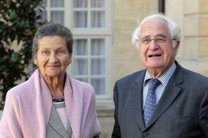Dans cette photo prise le 17 septembre 2010, l'ancienne ministre française de la Santé, Simone Veil et son mari Antoine Veil posent pour une photo dans la cour de l'Hôtel Matignon à Paris.
