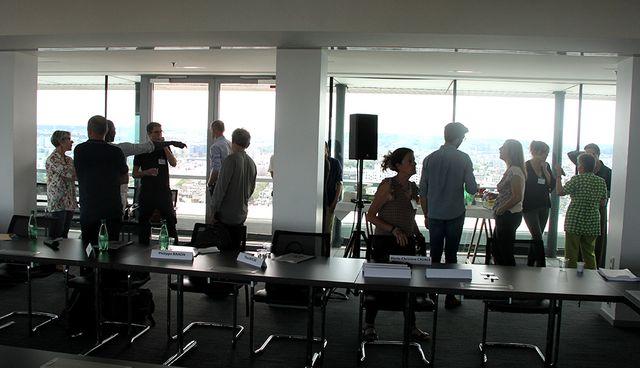 Les membres du jury prennent possession de la salle du 22è