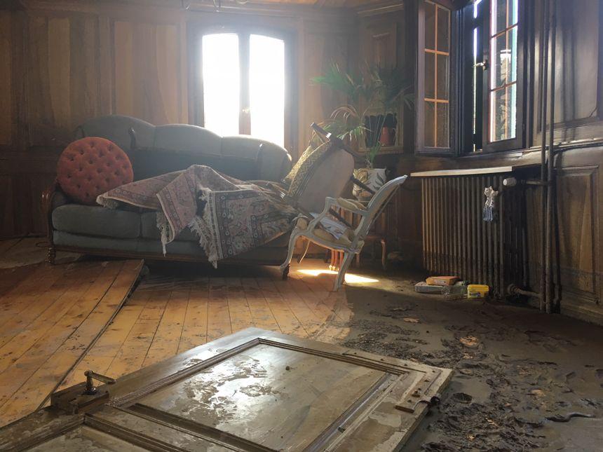 Dans cette maison, une cuve de fioul emportée par les eaux a détruit le parquet