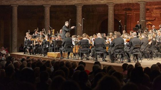 Pablo Heras-Casado dirige l'orchestre Les Siècles