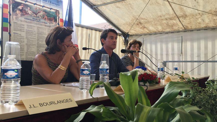 L'ancien Premier ministre, Manuel Valls, en conférence à Lanouaille pour le salon du livre.