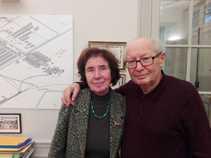 2018 : Beate et Serge Klarsfeld dans leur bureau. Au fond, au mur, un plan du camp d'Auschwitz