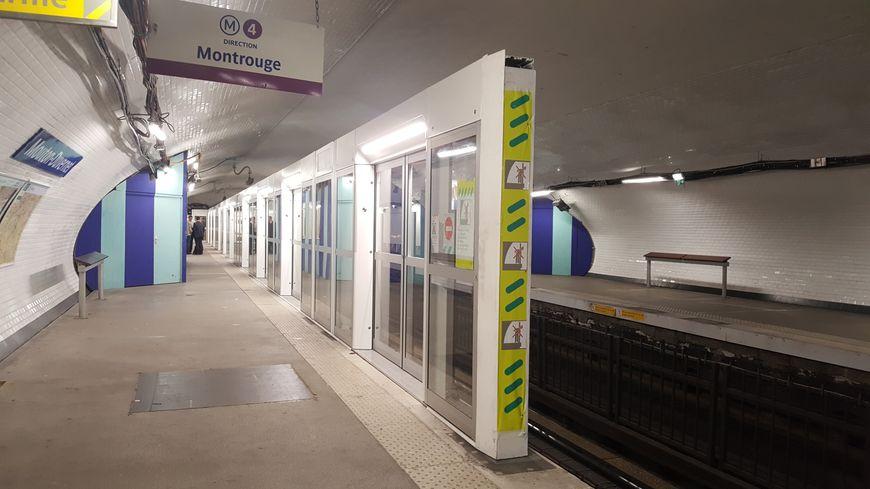 Les premières portes palières installées le 4 juin 2018 à la station Mouton-Duvernet sur la ligne 4 mesurent deux mètres cinquante.