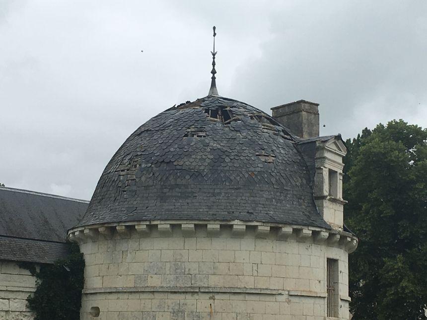 La toiture de la tourelle est percée depuis deux ans et la charpente prend l'eau.
