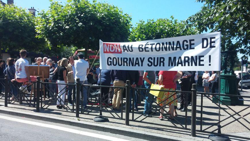 Les manifestants se sont rassemblés place de l'Eglise ce samedi en fin de matinée.