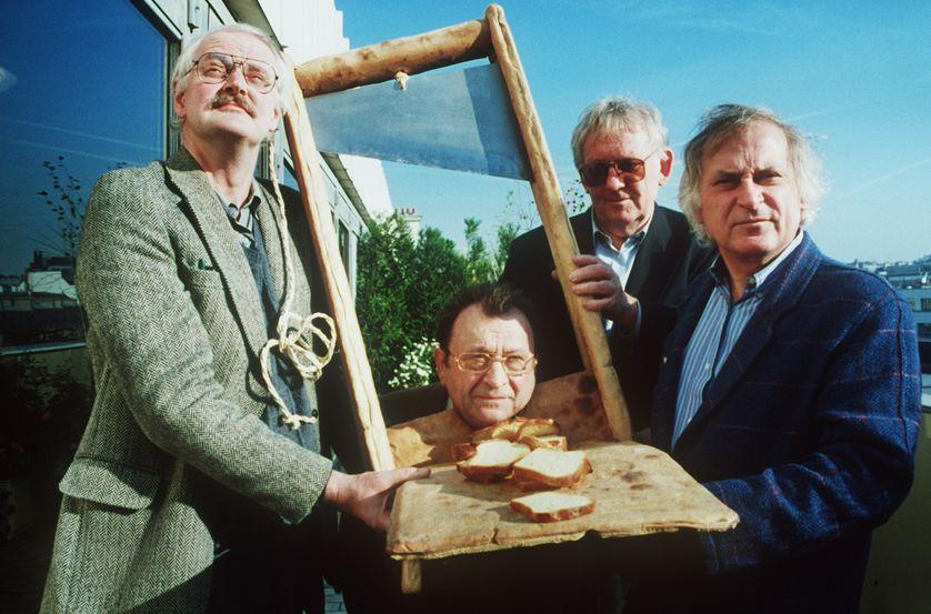 Le guillotiné c'est Claude Piéplu, en compagnie du dessinateur humoriste Jean-André Laville, de l'écrivain flamand Hugo Claus et du dessinateur, chroniqueur et éditeur Willem