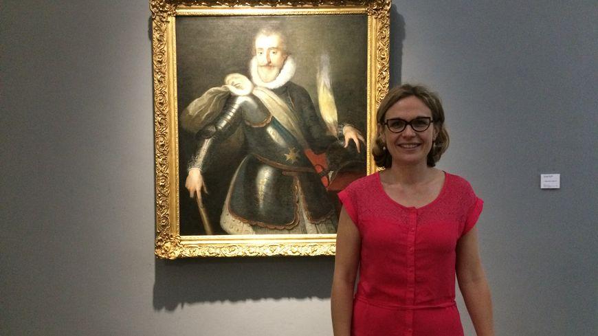 Aurore Méchain présente le portrait d'Henri IV fraîchement restauré