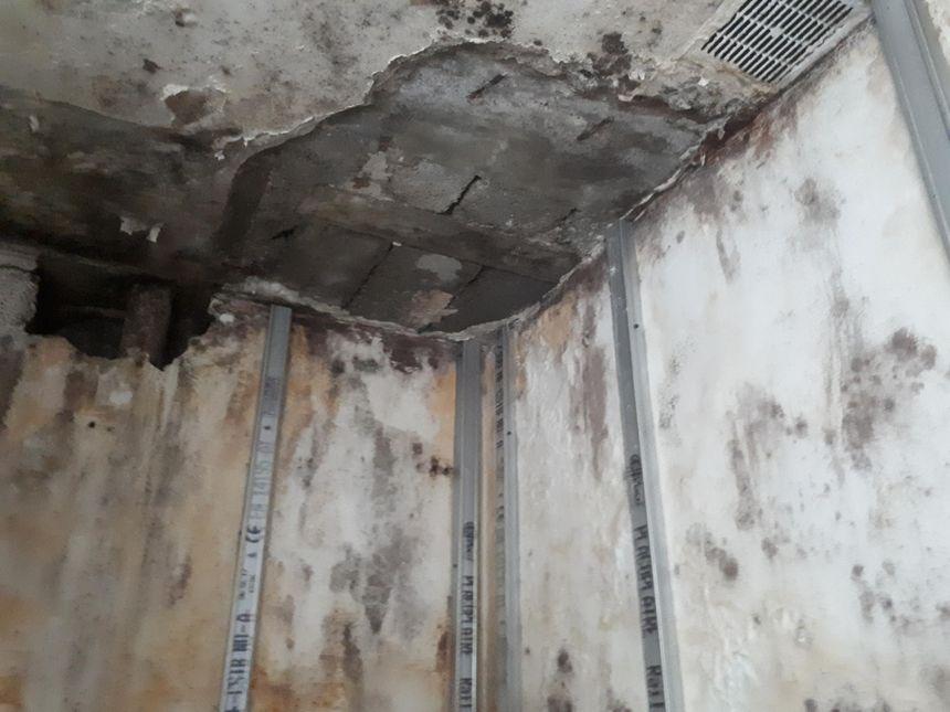 Le plafond de la cuisine d'Assiata et Hassani menace de leur tomber sur la tête.