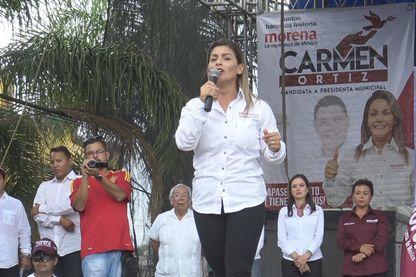 Au Mexique, Carmen Ortiz est aujourd'hui candidate dans la ville d'Apaseo El Alto, son mari assassiné apparaît derrière elle sur son affiche de campagne.