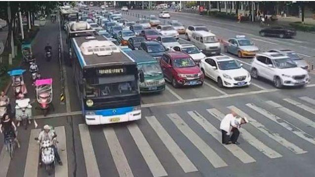 Ce policier chinois a préféré prendre la personne âgée sur son dos plutôt que de bloquer la circulation