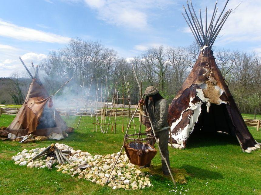 Hutte et fumoir , reconstitution d'un campement préhistorique