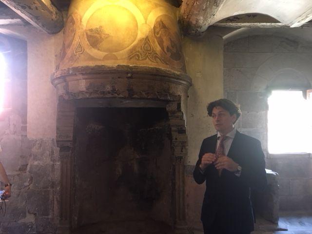 La cheminée romane à plan circulaire trône dans un coin de la pièce, et fait la fierté d'Etienne Barthélemy