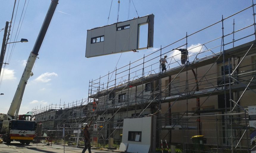 Travaux de rénovation énergétique dans des logements des années 60, à Longueau (80), fin juin 2018. - Radio France