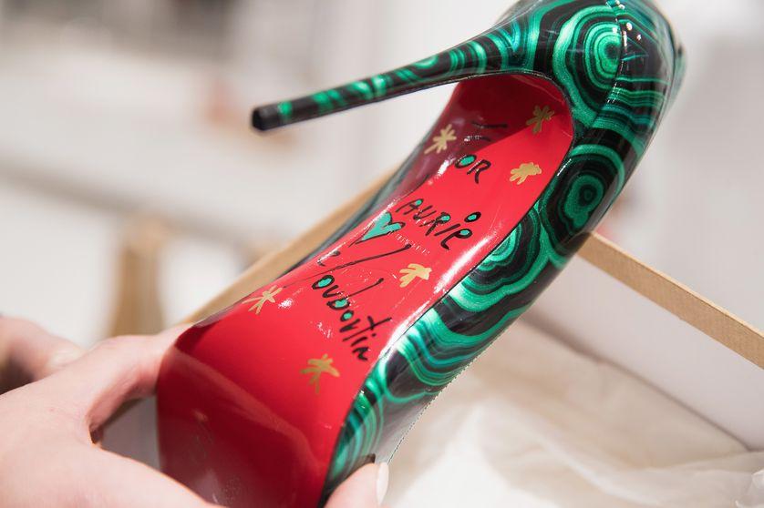 Une chaussure Christian Louboutin signée par le designer