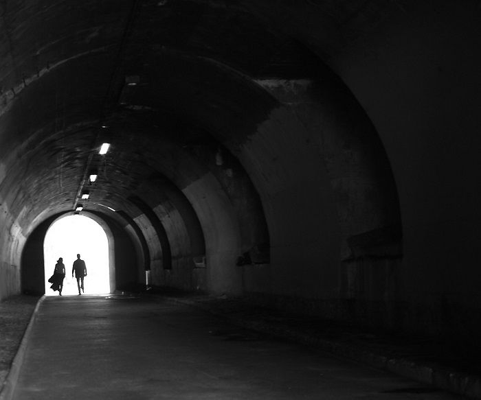 Un tunnel à Paris avec un couple en ombre chinoire