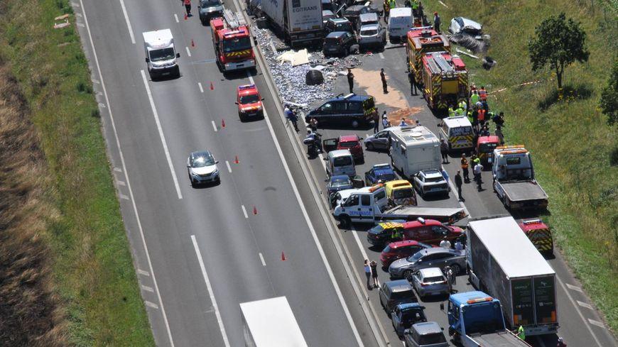 13 véhicules dont deux camions ont été impliqués dans ce carambolage spectaculaire.
