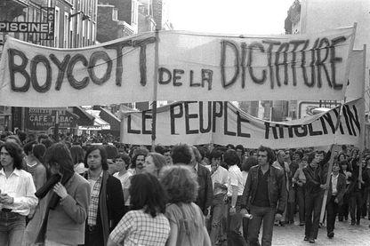 Plusieurs milliers de personnes manifestent le 31 mai 1978 à Paris pour protester contre l'organisation en Argentine de la coupe du monde de football.