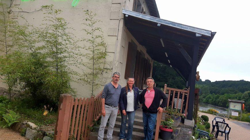 La Guinguette de Montflours avec son chef Patrice Dubert, Valérie Coisnon et Gilles Charpentier de la municipalité.