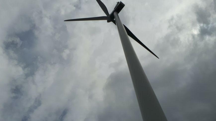 Une éolienne totalement détruite et une autre endommagée partiellement, suite à des incendies volontaires,  le 1er juin, à Marsanne (photo d'illustration)