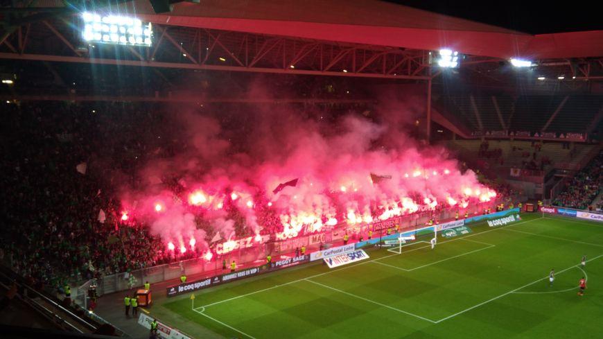 Les fumigènes en kop nord lors du match face à Lille.