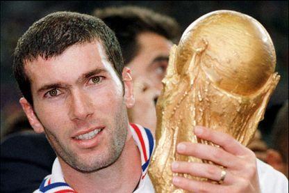 Le 12 juillet 1998, au Stade de France à Saint-Denis, du milieu de terrain de L'équipe de France de football, Zinedine Zidane, à l'issue de la finale de la Coupe du Monde de Football en France.