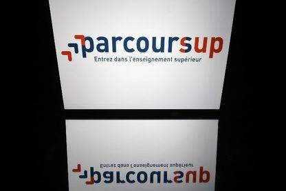 """Cette photo d'illustration prise le 19 avril 2018 montre le logo du """"Parcoursup"""", une application internet pour les étudiants souhaitant postuler à une université française, affichée sur un écran de tablette à Paris."""