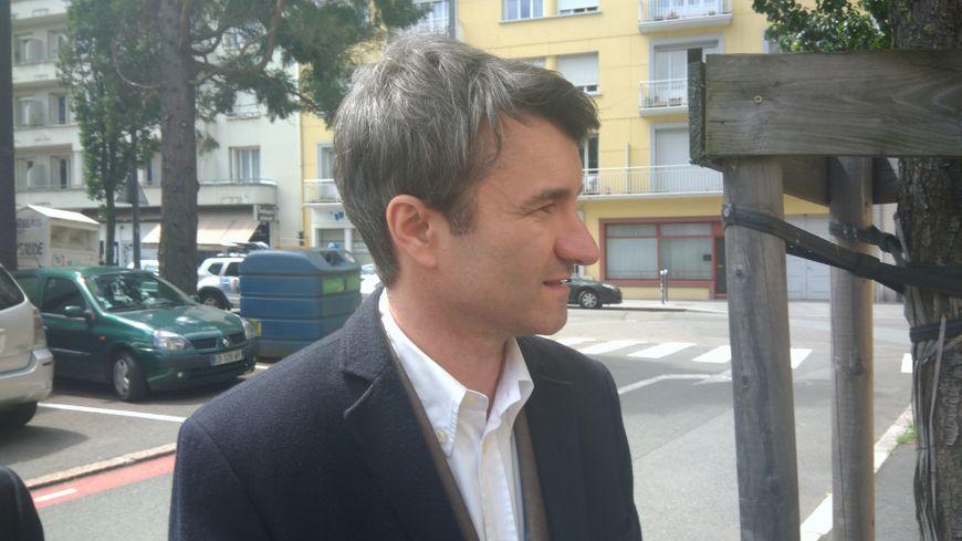Marc Petit, le maire de Firminy sortant des locaux de la police judiciaire de Saint-Étienne.