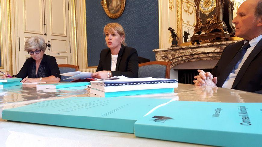 La première adjointe Nathalie Koenders (au centre), préside ce lundi le conseil municipal de Dijon, en raison de l'absence de François Rebsamen pour raisons de santé.