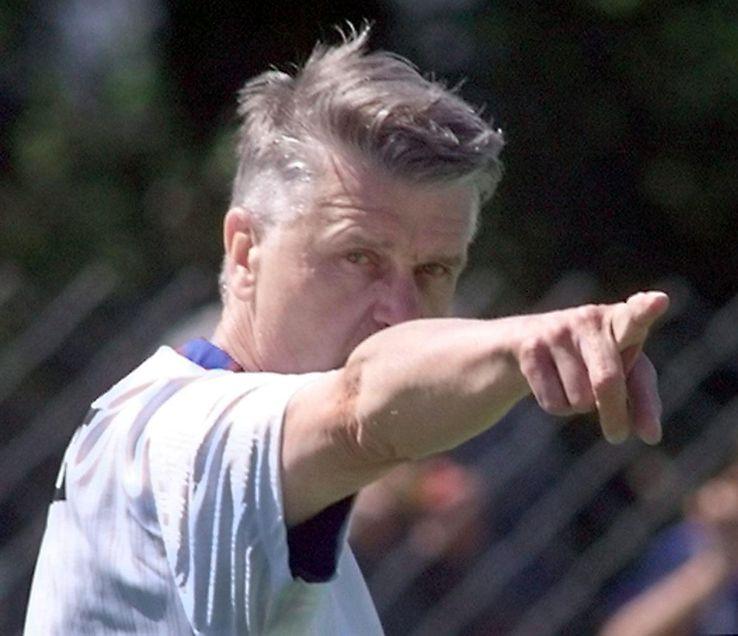 Aimé Jacquet lors d'un entraînement de l'équipe de France le 13 juin 1998 à Mallemort près de Marseille.