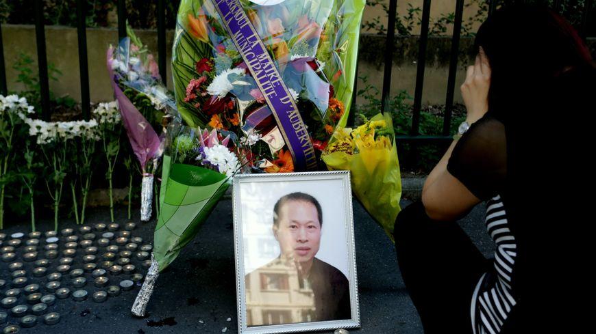 Une photo de Chaolin Zhang déposée devant la plaque commémorative de la rues des écoles à Aubervilliers, le 7 août 2017.
