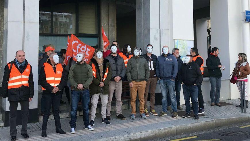 Les policiers municipaux manifestent devant la mairie de Biarritz