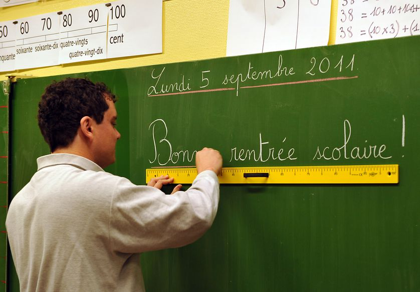 Un instituteur souhaite une bonne rentrée à ses élèves en écrivant un message sur le tableau lors de la rentrée scolaire, le 05 septembre 2011, à l'école élementaire Moulins-Pergaud à Lille.