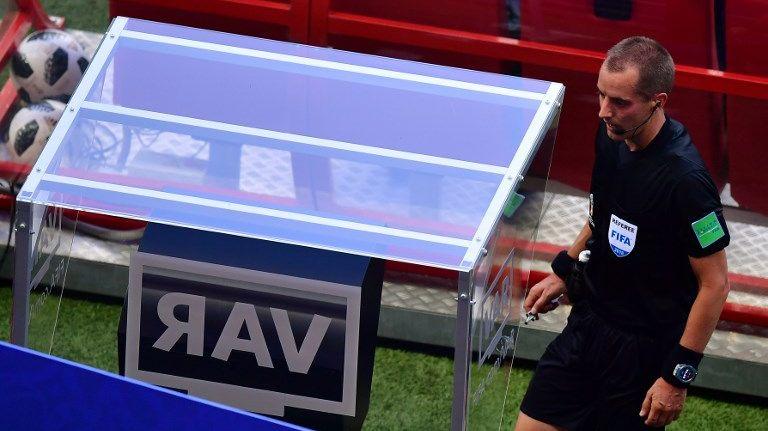 L'arbitre américain Mark Geige a recours au VAR lors de Corée du Sud - Allemagne