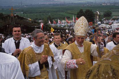 Monseigneur Lefebvre consacre quatre évêques auxiliaires et cause un schisme à Econe, Suisse Le 30 juin 1988.
