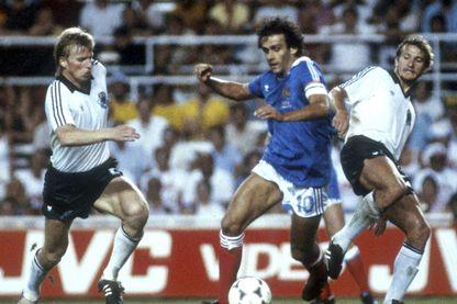 Coupe du Monde de la FIFA 1982 en Espagne Demi-finale à Séville : scène du match: Bernd Foerster (à gauche, Allemagne), Michel Platini (Centre, France) et Wolfgang Dremmler (à droite, Allemagne)