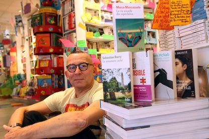 """Gérard Collard dans sa librairie """"La griffe noire"""" le 22 juin 2013 à St Maur-des-fossés"""
