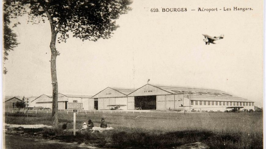 L'aéroport de Bourges -Les hangars - Carte postale des années 1930