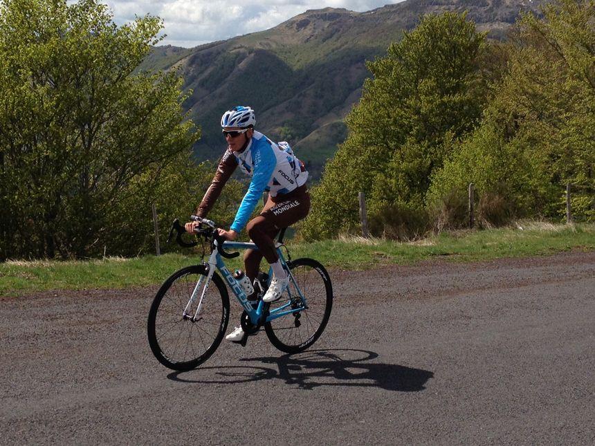 Romain Bardet sur les routes du Cantal, ici au col du Perthus
