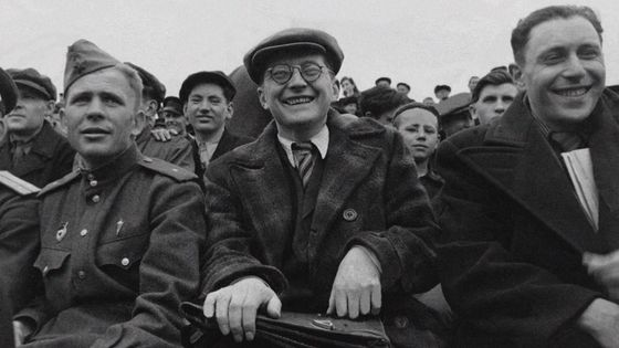 Chostakovitch, l'amoureux du ballon rond, assistant à un match en 1942