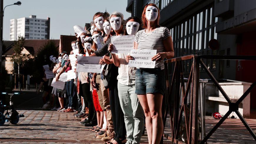 Des parents d'élèves masqués devant le groupe scolaire d'Alfortville (Val-de-Marne).