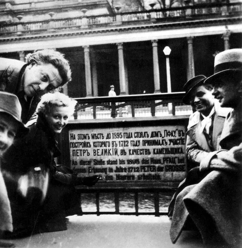 """Vítězslav Nezval, André Breton, Jacqueline Breton (Lamba) et Toyen, 1939, France. Marie Čermínová dite """"Toyen"""" est une peintre surréaliste tchèque évoquée par Annie Le Brun."""