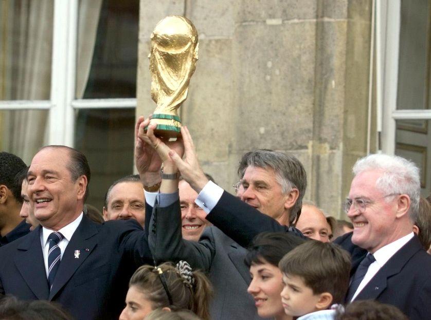 Le président de la République Jacques Chirac, l'entraîneur des Bleus Aimé Jacquet et le Premier ministre Lionel Jospin à l'Elysée, le 14 juillet 1998, autour de la Coupe du monde
