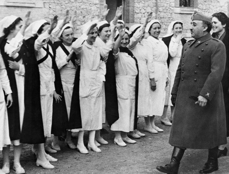 Infirmières espagnoles saluant Franco en 1939 après trois ans de guerre civile.