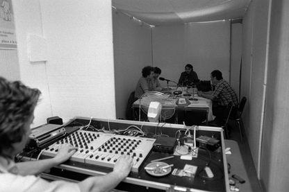 """Vue du studio d'enregistrement improvisé de la radio pirate de la CGT """"Radio CGT Côte d'Azur, Vérité-Lutte"""" pendant une émission, le 23 septembre 1980, à Nice"""
