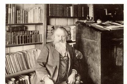 Johannes Brahms (1833-1897) compositeur allemand, dans sa bibliothèque.