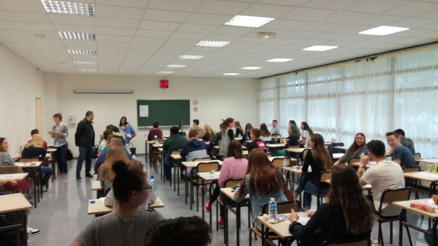 Les élèves patientent avant la remise des copies et le début de l'épreuve au lycée Fresnel, à Caen.