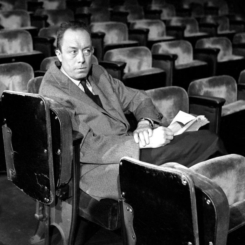 """Albert Camus pendant le tournage de l'émission """"Gros plan"""" au théâtre Antoine où il répète """"Les possédés"""" qu'il vient d'adapter au théâtre"""