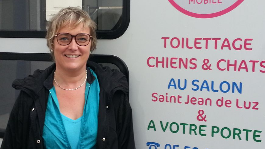 Sandrine devant son salon mobile