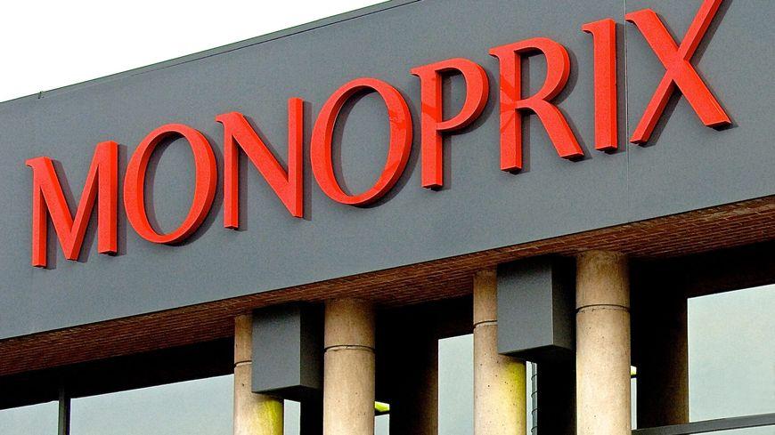 Les salariés de Monoprix, sous l'impulsion de la CGT, bloquent l'entrée du Monoprix rue du Faubourg Saint-Antoine à Paris.