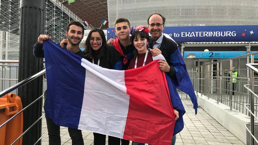 De gauche à droite, Germain, Constance, Baptiste, Victoire et Olivier Laffineur, avant France/Pérou à Ekaterinbourg